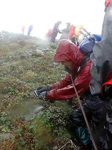 多くのファンでにぎわうキタダケソウ群生地(27日、標高3000メートル付近)