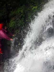 白根御池小屋の近くにある水場。透き通った冷たい雪解け水が登山者ののどを潤す