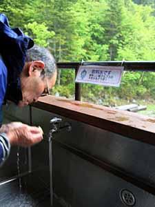 白根御池小屋では沢からひいた水が疲れた体を癒やす