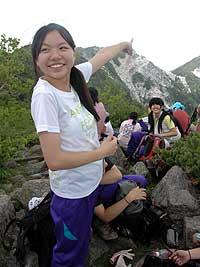 南アルプスの高峰に立ち「わたしのいたい場所は芦安」と地域への思いを語る里吉菜月さん