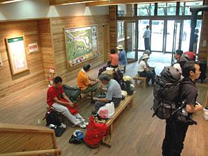 多くの登山者らでにぎわう野呂川広河原インフォメーションセンター