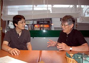 「北岳診療所は南アルプスの守護神だ」と語る塩沢久仙さん(右)と昭和大の木内祐二教授=甲府市内