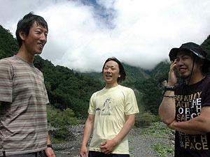 南アルプスの素晴らしさを伝えたいという塩沢顯慈さん(右)、森本千尋さん(左)、森本大さん