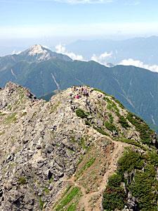 3000メートル級の山々が連なる南アルプス。美しい自然を後世に残すため世界自然遺産登録に向けた取り組みが進む=山日YBSヘリ「ニュースカイ」(NEWSKY)から