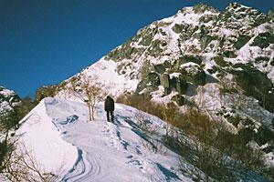 8合目から上の最も険しい「核心部」に向かって進む古屋寿隆さん。花こう岩の岩肌があらわになっている