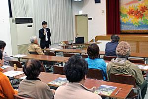 ユネスコエコパークの説明を受ける住民ら=早川町民会館