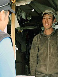 小屋を訪れた登山者と話す森本千尋さん=南アルプス・北岳肩の小屋