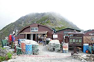 北岳(奥)に最も近い場所に建つ北岳肩の小屋