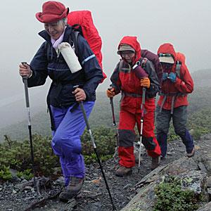 南アルプス縦走を目指す結木妙子さん(左)