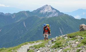 北岳に登る登山者。エコパークの認知度は低く、登録効果を感じる地元観光業者はほとんどいない
