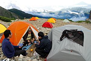 テントでの宿泊を楽しむ登山者=南アルプス・北岳山荘テント場