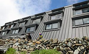 1977年に建設された北岳山荘。光を取り入れやすいように、東側に多くの窓が設置されている=南アルプス・北岳山荘