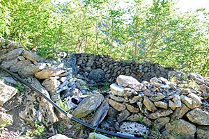 現在も残る北岳小屋の石積みの跡=南アルプス・北岳周辺