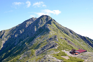 間ノ岳山頂から見た甲斐駒ケ岳(左奥)と北岳(右)