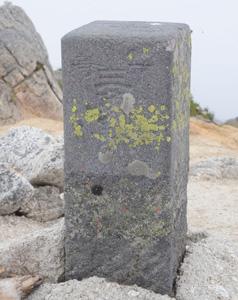 山頂に設置されている一等三角点の標石=甲斐駒ケ岳