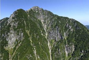 甲斐駒ケ岳の東側の岩壁。1900年代に入り、山岳会によって岩場の難ルートが開拓された=山日YBSヘリ「ニュースカイ」(NEWSKY)から