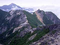 観音岳からの赤抜沢ノ頭と地蔵ケ岳(右)