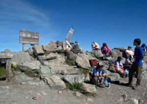 山頂:登山者でにぎわう北岳。山頂からは周囲の山々の雄大な景色を楽しめる(写真上)