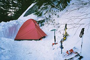 雪の上にテントを張ってビバーク。雪山ではアイゼンやピッケルなどの道具が欠かせない