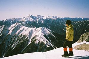 山々が広がる山頂。写真奥にそびえるのは日本第2位の高峰・北岳=いずれも甲斐駒ケ岳