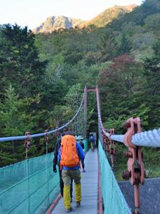 広河原から北岳の登山道に入るつり橋。遠くには朝焼けの北岳を眺めることができた