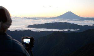 <朝焼け> 北岳山荘から望む富士山。雲海に浮かぶ風景が朝焼けに染まる