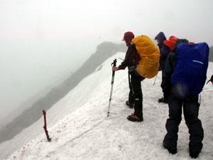 悪天候の中、南アルプスの稜線は深い霧に覆われ、絶景はお預けとなった