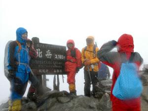 北岳山頂には多くの登山者が訪れ、看板前で記念撮影する姿もあった