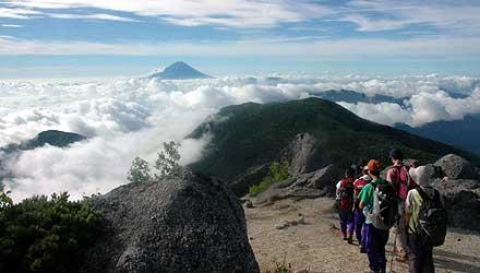 鳳凰三山の稜線(りょうせん)上では、雲海から顔を出す富士山が登山者の疲れを忘れさせる