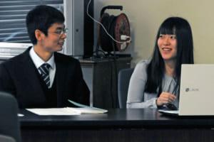 芦安地区の人口増加に向けた方策を提案する大鶴啓介さん(左)と倉成磨里さん=南アルプス市役所
