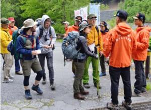 登山者に遭難防止を呼び掛けた山岳指導所=南アルプス市芦安芦倉の広河原