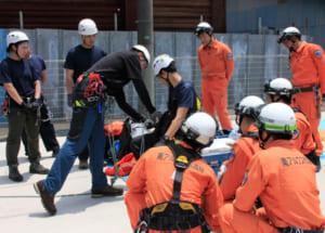 救助に必要な技術や装備を確認する南アルプス署員と八田消防署員ら=南アルプス市六科
