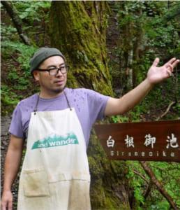 「植物を根こそぎ採ればなくなる、という当たり前のことを理解してほしい」と話す塩沢顕慈さん=南アルプス・広河原山荘横の登山道入り口