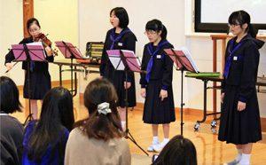 歌声や楽器の演奏を披露する芦安中音楽部の生徒=南アルプス市芦安山岳館