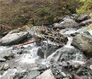 流されて壊れた大樺沢登山道の仮設橋=南アルプス市芦安芦倉(市提供)