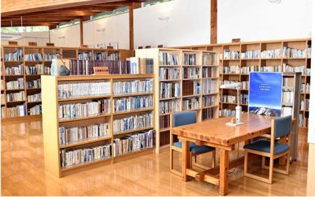 山岳関係の本を無料で閲覧できる図書コーナー=南アルプス市芦安山岳館
