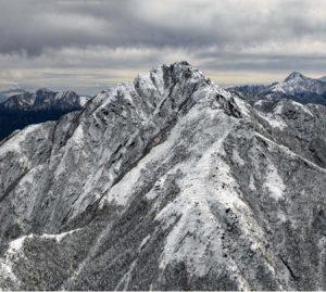 初冠雪が観測された甲斐駒ケ岳山日YBSヘリ「ニュースカイ」=NEWSKY=から撮影・広瀬徹