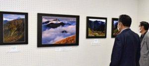 南アルプスの山々を撮影した三枝仁也さんの写真=南アルプス市立美術館