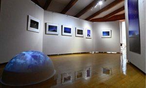 半球に投影された地球の映像(左下)など展示会場=南アルプス市芦安芦倉